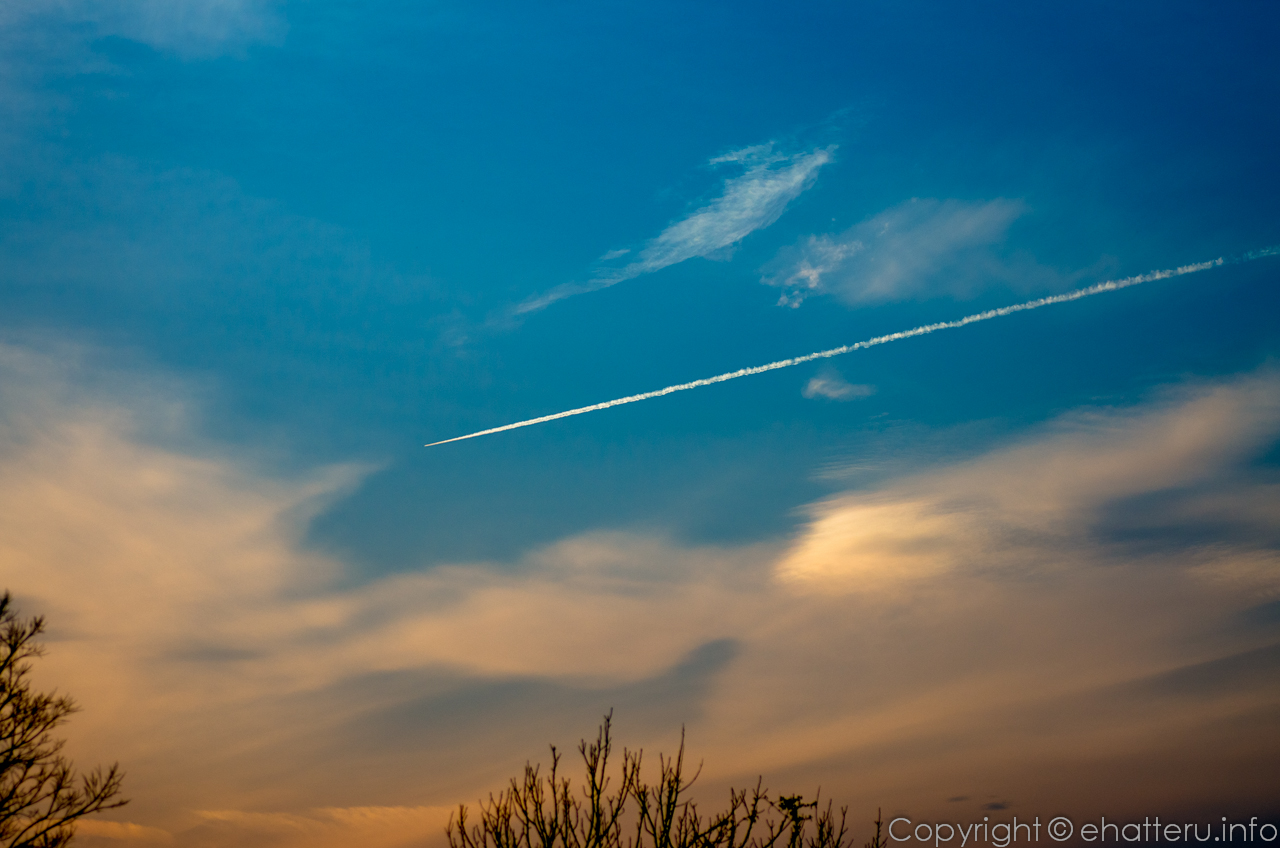 夕空飛行機雲